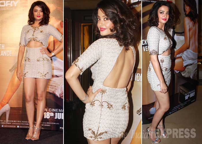 Surveen Chawla, who is known for hosting comedy show, 'Comedy Circus Ke SuperStars', picked a short cutout number that revealed her midriff and sexy back. (Source: Varinder Chawla)