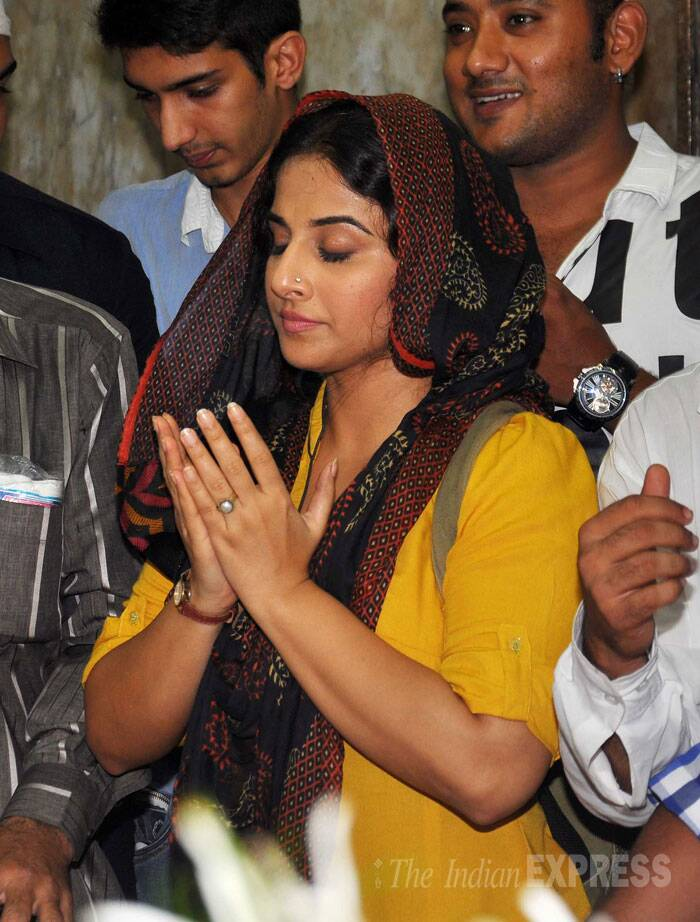 Vidya Balan pays her respects at the Dargah. (Source: Varinder Chawla)
