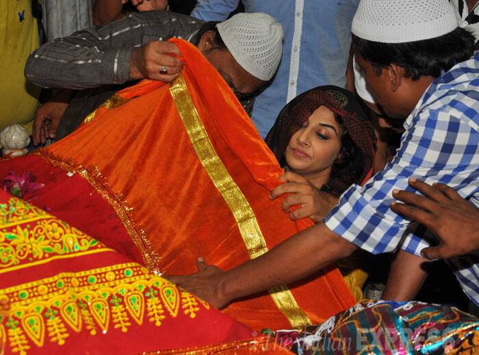 Vidya Balan, who will be playing a detective in the Dia Mirza produced film, also offered a chaddar at the dargah. (Source: Varinder Chawla)