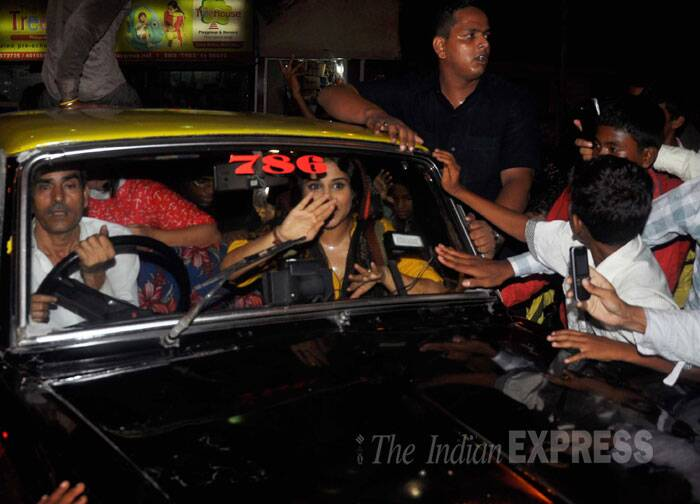Vidya Balan waves to fans as she takes off in the taxi. (Source: Varinder Chawla)