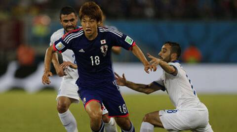 Greece's Giannis Maniatis and Ioannis Fetfatzidis fight for the ball with Japan's Yuya Osako during their 2014 World Cup Group C soccer match at the Dunas arena in Natal (Source: Reuters)