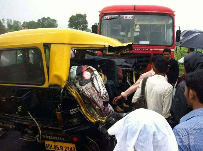 Iron plate loaded container rammed into a traveller jeep at Murbad – Tokavade 75 km from Mumbai. Four people were dead and five were seriously injured. (Source: Express photo)