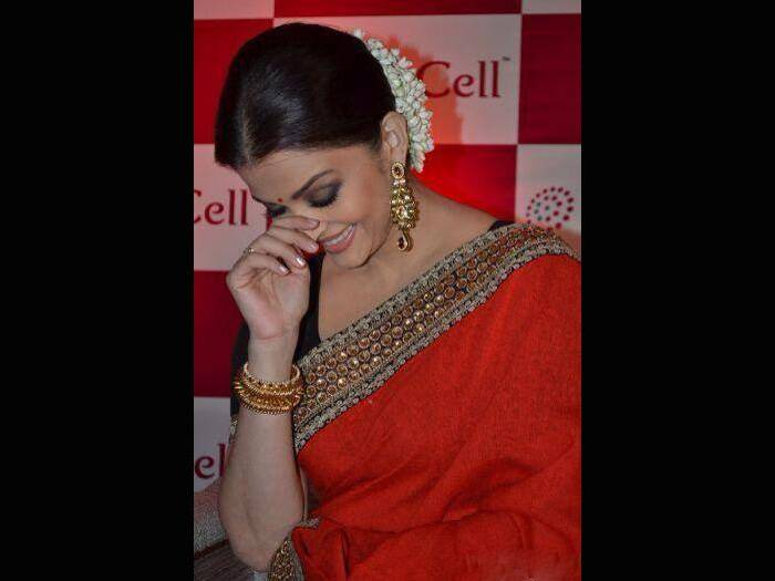 Aishwarya opted to accessorise her look with heavy golden jhumkis and decorating her hair bun with jasmines. (Source: Facebook)