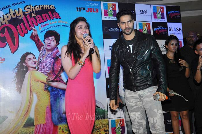 Alia, who has lent her voice for 'Samjhawan Unplugged', took to the mic to enthrall the audience. (Source: Varinder Chawla)