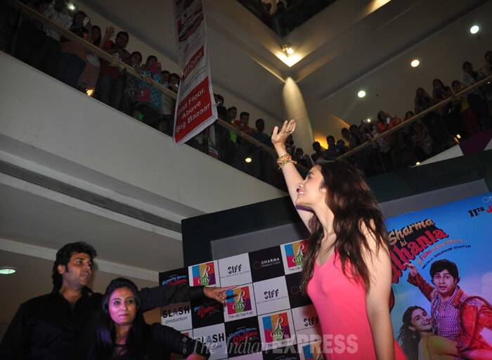 Alia waves to her fans. (Source: Varinder Chawla)