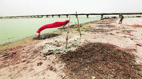 A red cloth marks the graves of the two girls allegedly raped and murdered in Badaun in May. Source: Ravi Kanojia