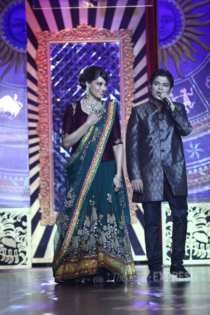 Singer Ankit Tiwari croons on the mic as Bipasha makes her way down the ramp. (Source: Varinder Chawla)