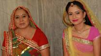 Why are Neelu Vaghela, Pooja Singh distracted on the sets of 'Diya Aur Baati Hum'