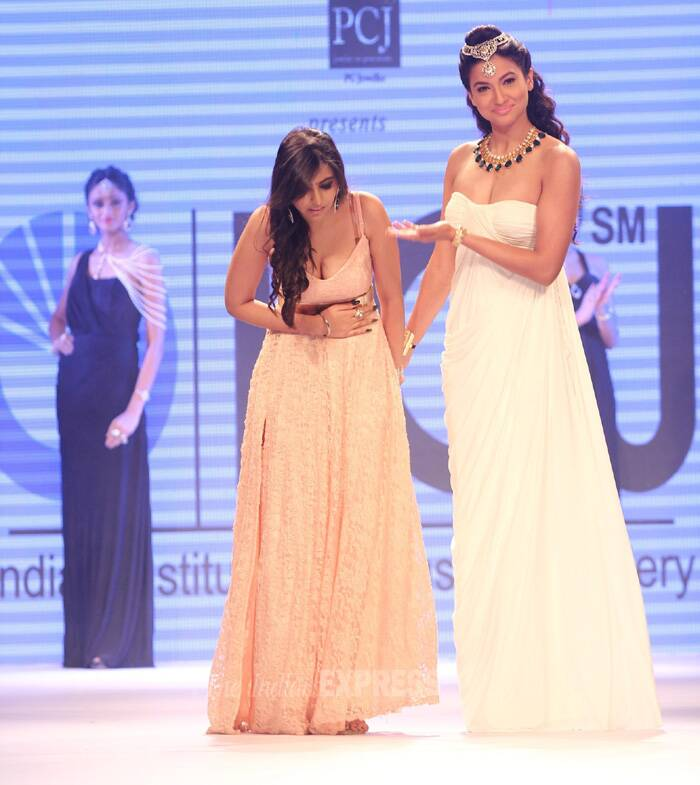 Television actress Gauahar Khan turned showstopper for IIGJ jewels.