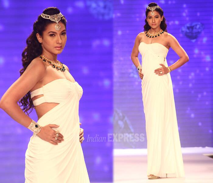 The 'Big Boss 7' winner was a pretty sight in her white dress. Her look was accesorised with emerald gold and diamond jewellery, complete with a head accessory.