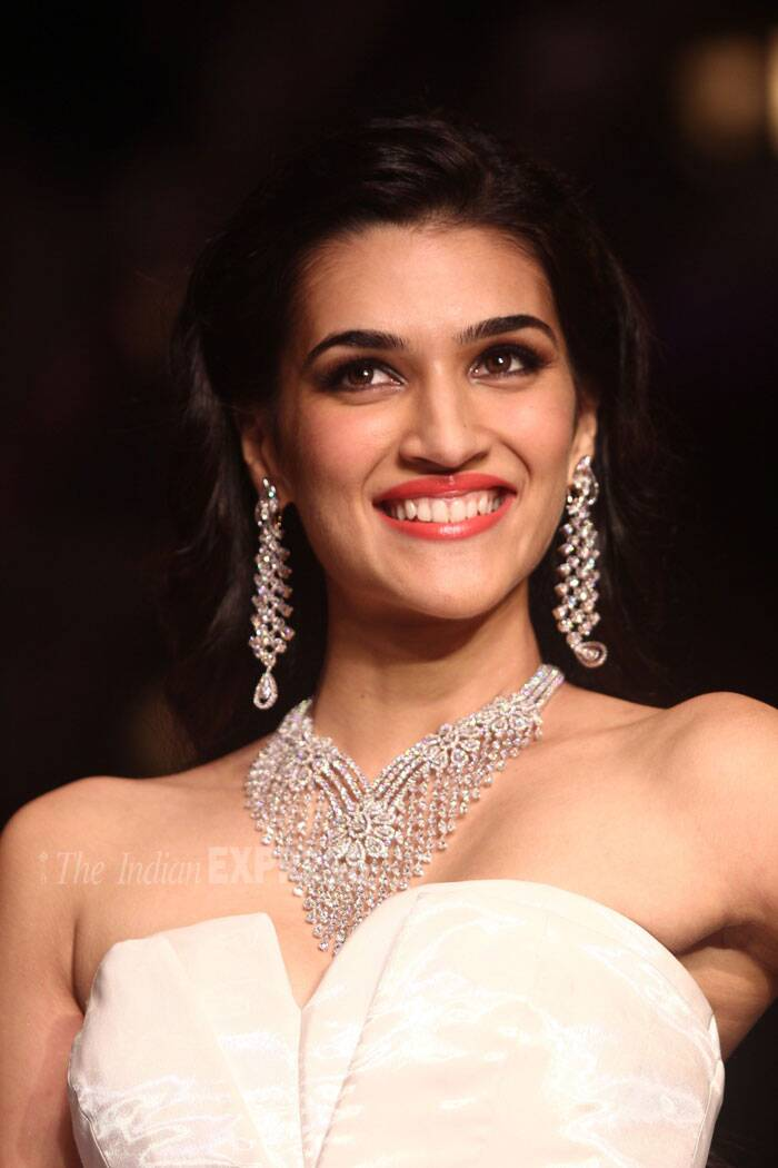 'Heropanti' actress Kriti Sanon couldn't keep from flashing her pearly whites on the ramp. (Source: Varinder Chawla)