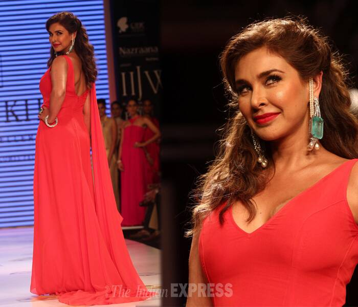 Lisa was dressed in a stunning red gown and was accesorised with emerald and diamond jewellery. We like! (Source: Varinder Chawla)