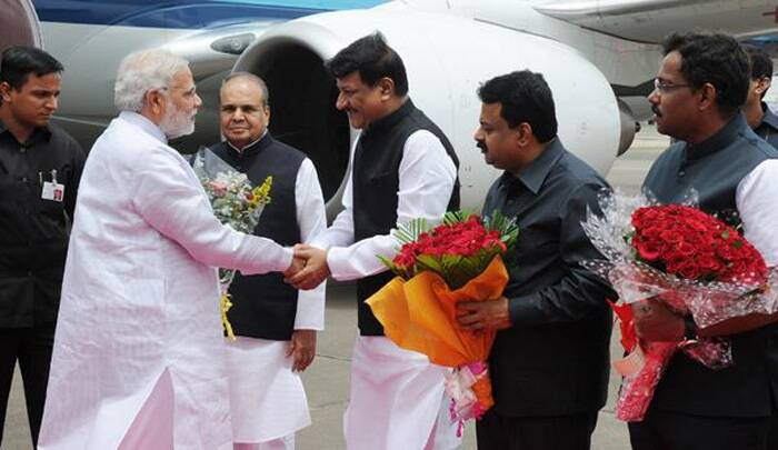 Prime Minister Narendra Modi being received by Maharashtra CM Prithviraj Chavan on his arrival at the Mumbai Airport on Monday (July 21), (Source: Twitter)