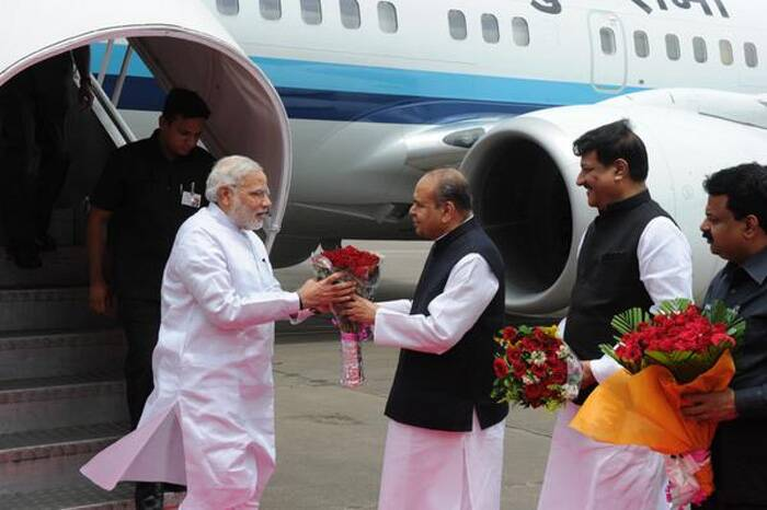 Narendra Modi being received by Maharashtra Governor, K. Sankaranarayanan, on his arrival at the Mumbai Airport. (Source: Twitter)