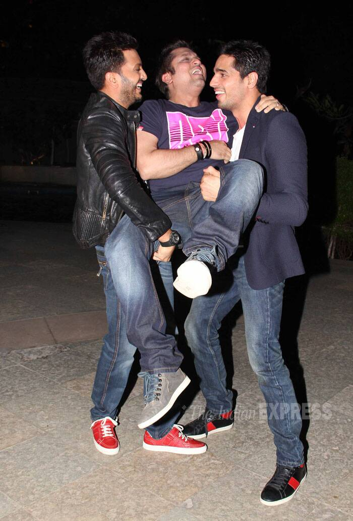 Bollywood's new 'Villains' Sidharth Malhotra and Riteish Deshmukh were seen celebrating the success of their latest film 'Ek Villain' with their director Mohit Suri. But we couldn't see lead actress Shraddha Kapoor in the picture. According to reports, Shraddha was boycotted by the photographers for not letting them photograph her in the past. <br /> Seen here Sidharth, Riteish pick up Mohit to shower their love.  (Source: Varinder Chawla)