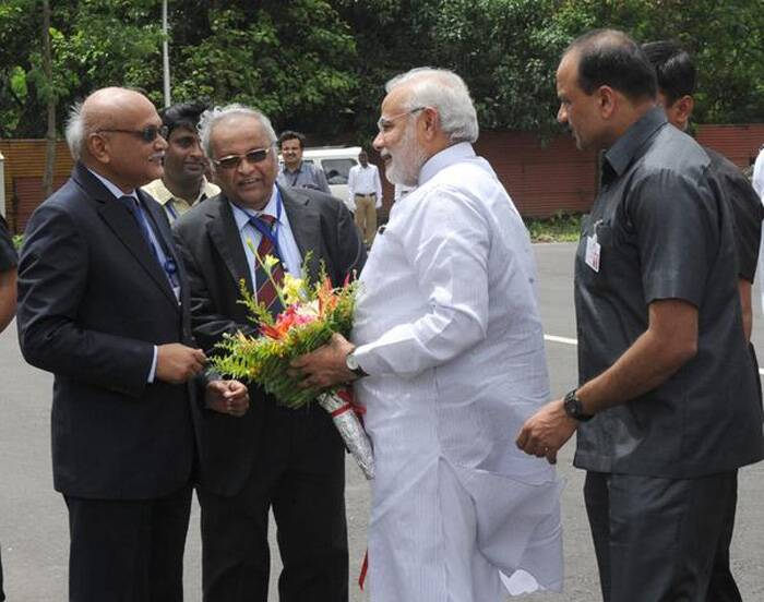 Narendra Modi being received by Secretary, DAE and Chairman, AEC, Dr. R.K Sinha, at BARC, in Mumbai. (Source: Twitter)
