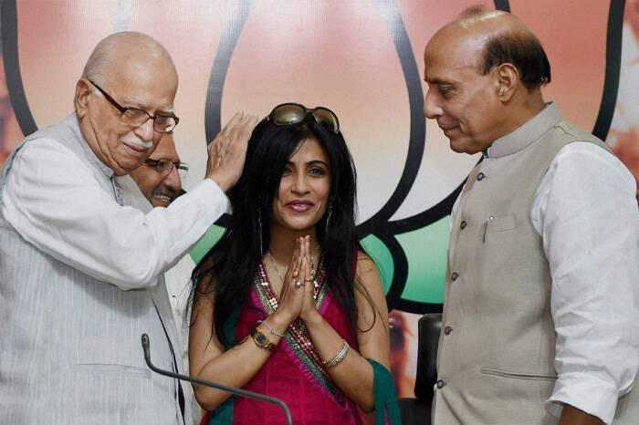 Senior BJP leader L K Advani with Union Home Minister Rajnath Singh gives  singer Shibani Kashyap their blessings after she joined the party in New Delhi. (Source: PTI)