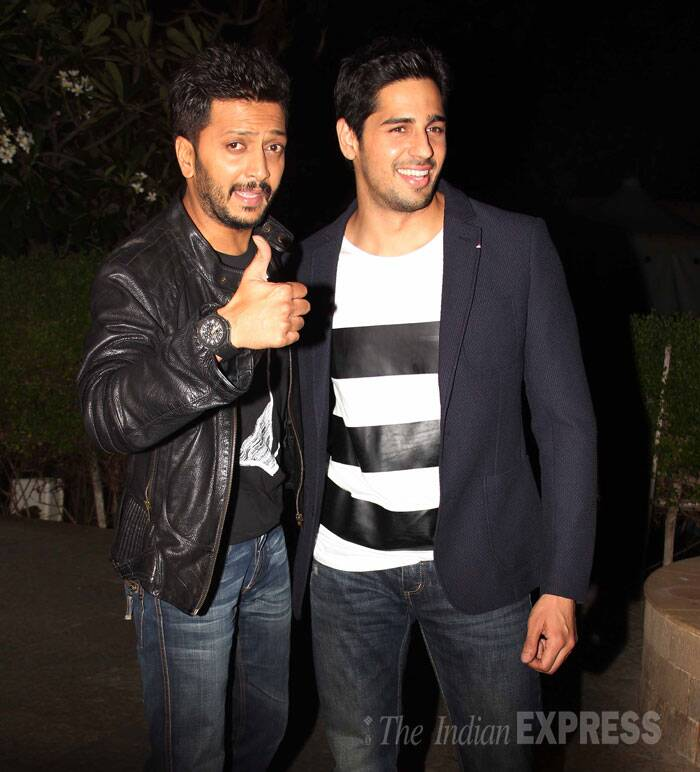 Sidharth and Riteish pose together for the shutterbugs.(Source: Varinder Chawla)