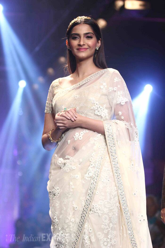 Sonam Kapoor looked every bit the beautiful desi girl she is as she walked down the ramp. (Source: Varinder Chawla)
