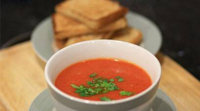 Six steps: How to make roasted capsicum and tomato soup