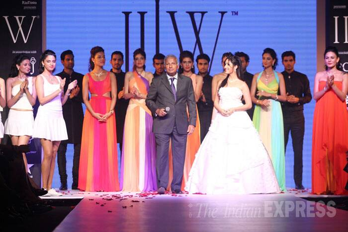 Yami Gautam joins the other models on the ramp. (Source: Varinder Chawla)