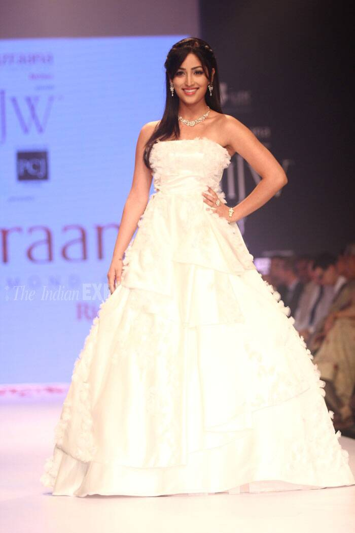 Yami Gautam was a vision in white as she took to the ramp for Nazraana. (Source: Varinder Chawla)