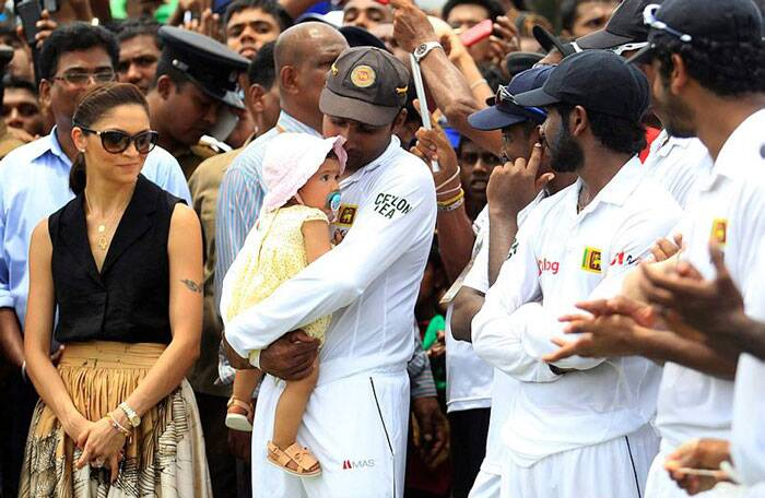 Mahela Jaywardene sharing a lighter moment with his daughter and wife after Sri Lanka's win against Pakistan in Colombo. (Source: Reuters)