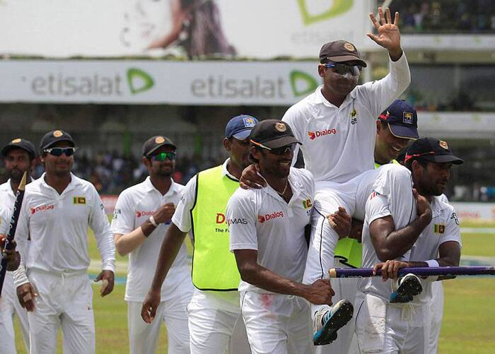 Jaywardene carried by his teammates to the pavilion after his last Test for Sri Lanka. (Source: Reuters)