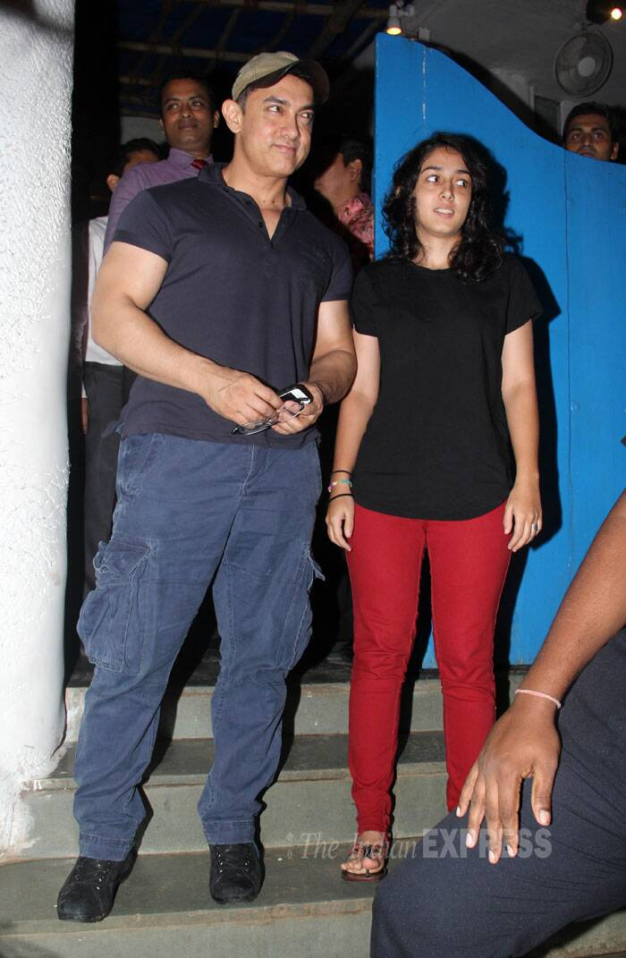 Aamir Khan showed off his beefy bod in a dark coloured tee shirt with blue cargo pants. Ira on the other hand was dressed in a basic black tee with bright red skinnys. (Source: Varinder Chawla)