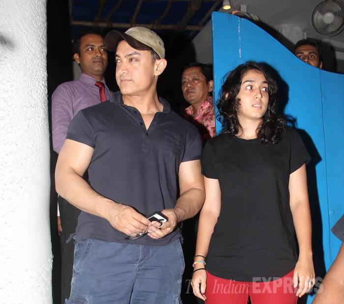 Bollywood superstar Aamir Khan took some time off from his busy schedule for a dinner date with his teenage daughter Ira. The two were spotted stepping out from a popular restaurant in suburban Mumbai on Tuesday night (August 5). (Source: Varinder Chawla)