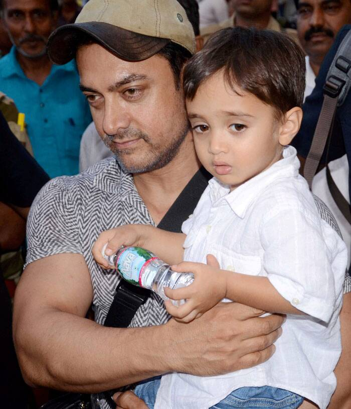 Bollywood stars Aamir Khan and Sushmita Sen were spotted along with their respective children – Azad and Alishah. Aamir held his younest son Azad in his arms as they arrived in Bhopal on Sunday (September 28). (Source: PTI)
