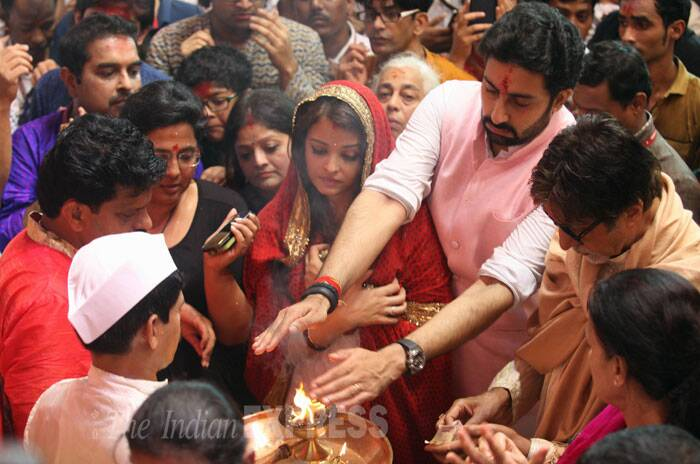 Abhishek Bachchan takes aarti. Abhishek, who will soon be seen in 'Happy New Year', wore a white pathan suit with a pink Nehru jacket. (Source: Express photo by Prashant Nadkar)