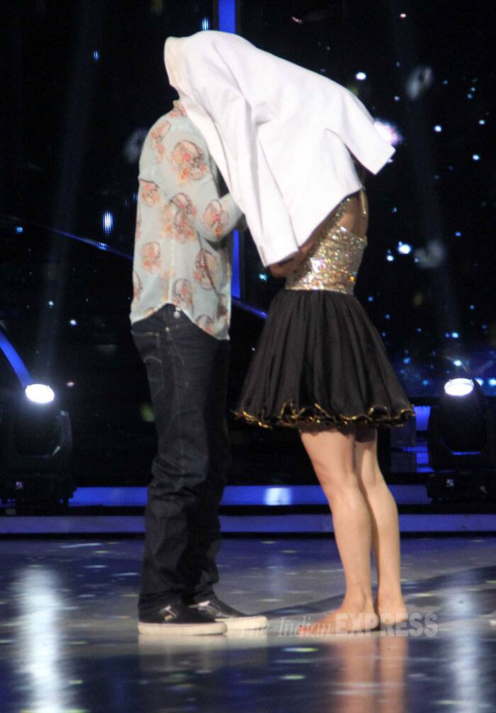 Aditya Roy Kapur re-enacts the signature 'Aashqui 2' moment with a contestant. (Source: Varinder Chawla)