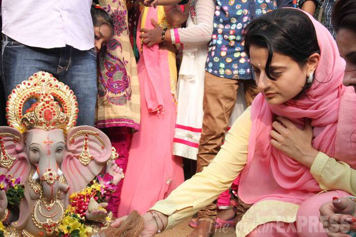 Ameesha is seen offering prayers to Ganpati. (Source: Express photo by Varinder Chawla)