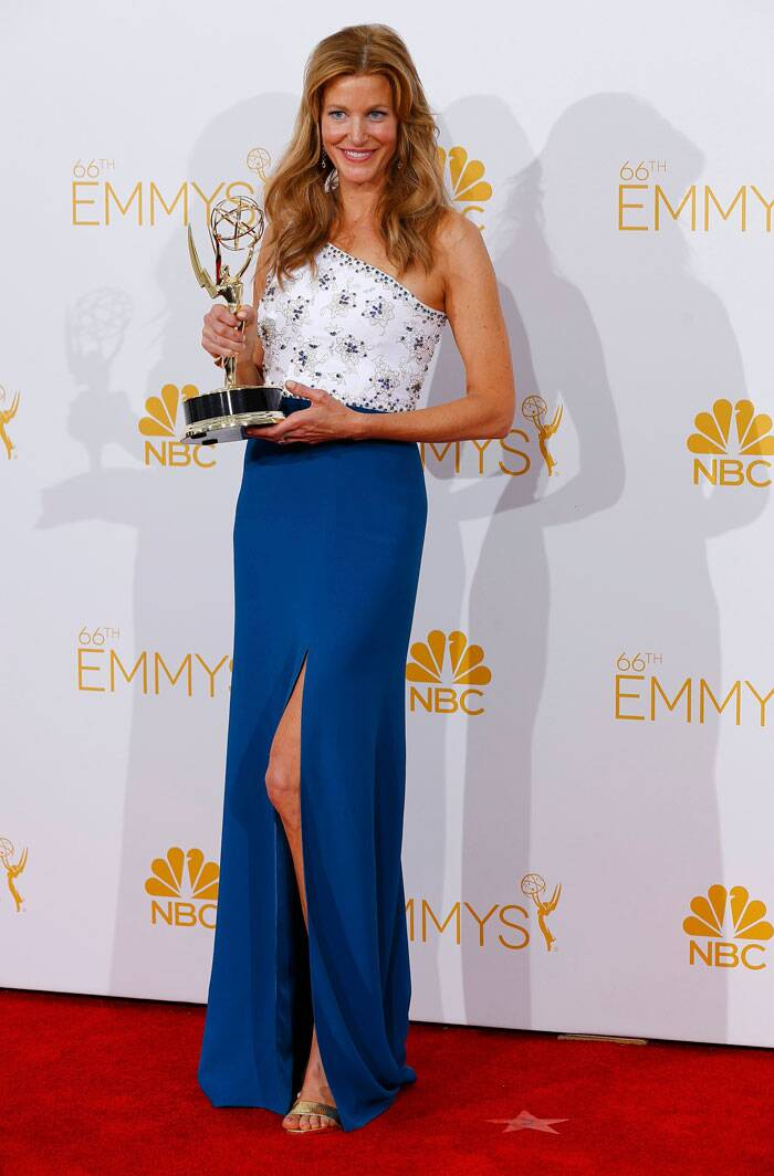 Anna Gunn, who plays the role of Skyler in 'Breaking Bad',  shows off her award looking gorgeous in a Jenny Packham dress. (Source: Reuters)