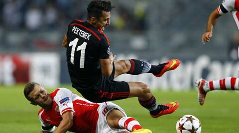 Besiktas' Mustafa Pektemek fights for the ball with Arsenal's Jack Wilshere (L) (Source: Reuters)