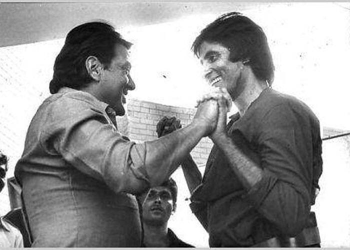 "Megastar Amitabh Bachchan took to facebook to share some of his oldest memories with veteran actors like Dharmendra, Shashi Kapoor and Manoj Kumar.<br /> The first picture shows Big B meeting Dharamji when he started working again after his accident on the sets of the movie 'Coolie'.<br /> ""Kuch purani tasveerein ..<br /> 1982 ki Coolie accident ke baad jis din kaam shuru kiya usdi Dharam ji mujhse set par milne aye,"" he captioned it. (Source: Facebook)"