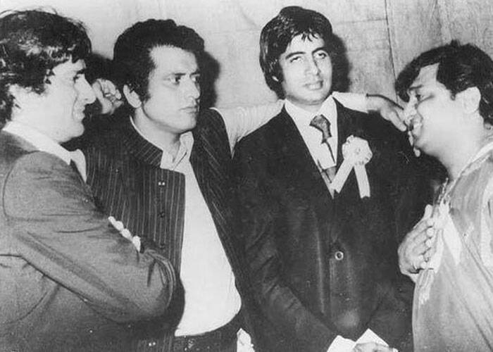 "The next picture shows Big B with actors Shashi Kapoor, Manoj Kumar and Deven Verma standing and conversing in a huddle.<br /> ""Ye shayad ""Roti Kapda Makaan' ke kisis function ki hai .. Shashi Kapoor, Manoj Kumar, aur mai .. aur shayad Deven Varma, "" he wrote. (Source: Facebook)"