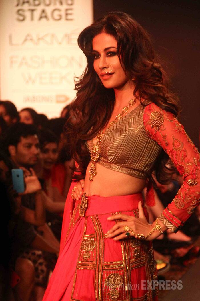 Chitrangada set the ramp ablaze in a red and gold lehenga. (Source: Varinder Chawla)