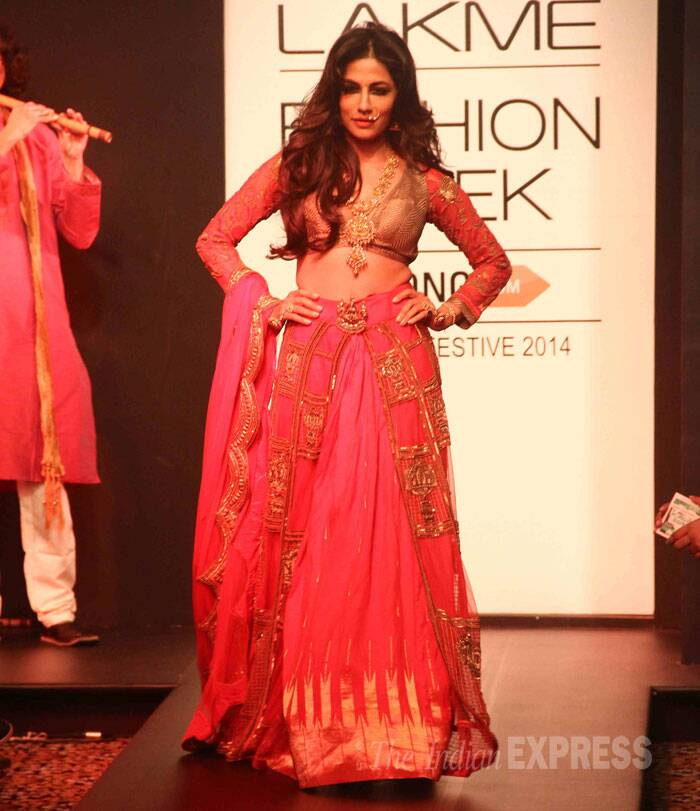 'Inkaar' beauty Chitrangada Singh looked gorgeous as she walked the ramp for designer Harshita Chatterjee Deshpande. (Source: Varinder Chawla)