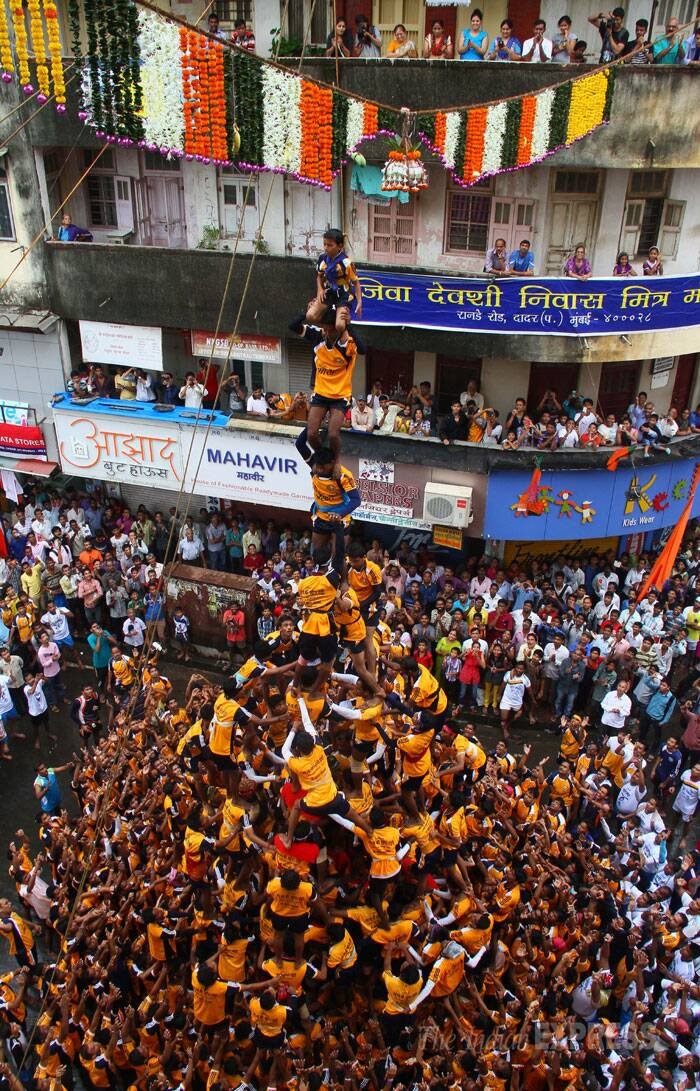 Over 30,000 policemen will be on bandobast duty on Monday on the occasion of Janmashtami. <br /> Youngsters get ready to celebrate Dahi Handi in Dadar, Mumbai. (Source: Express photo by Amit Chakravarty)