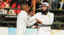 South Africa coast to easy victory, maintain top spot in Tests