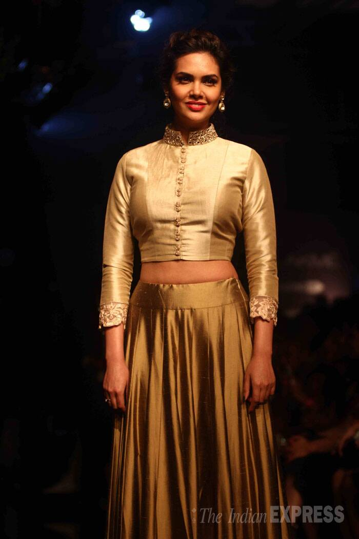 Actress Esha Gupta attended Manish Malhotra's finale show wearing a gold mirror work skirt with a full sleeve blouse. (Source: Varinder Chawla)