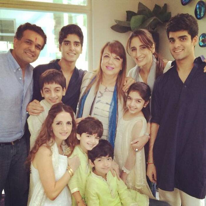 Farah tweeted another pic with her sister Sussanne, and Hrithik-Sussanne's kids Hrehaan and Hridhaan dressed in green kurtas, her mother Zarine and other cousins.   (Source: Twitter)
