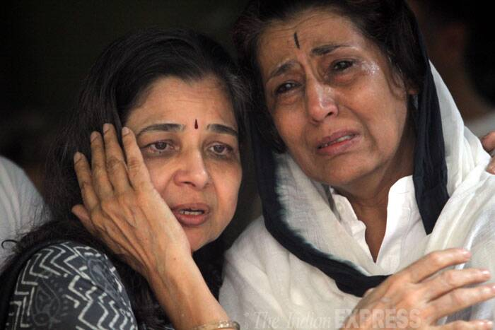 Relatives mourn at the funeral of renowned Yoga exponent BKS Iyengar on Wednesday in Pune. (Source: Express photo by Arul Horizon)