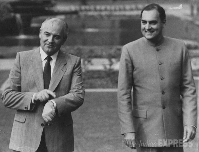 Mikhail Gorbachev and Rajiv Gandhi at Rashtrapati Bhavan in Delhi. (Express archive photo)