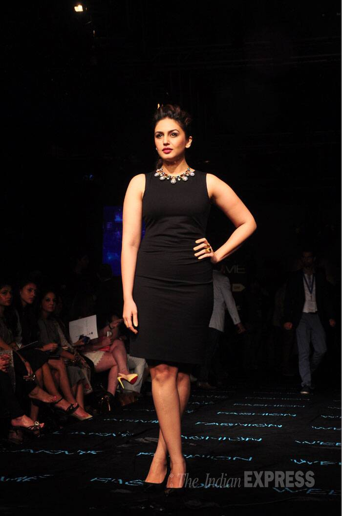 Actress Huma Qureshi was in a Kenneth Cole sheath paired with Prerto necklace and Zara pumps. (Source: Varinder Chawla)