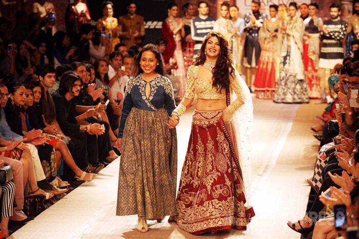 The actress returns to the ramp with designer Anju Modi. (Source: Express photo by Pradip Das)