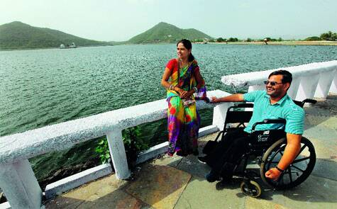 Kamlesh Vaishnav and Geeta at the Fateh Sagar Lake,