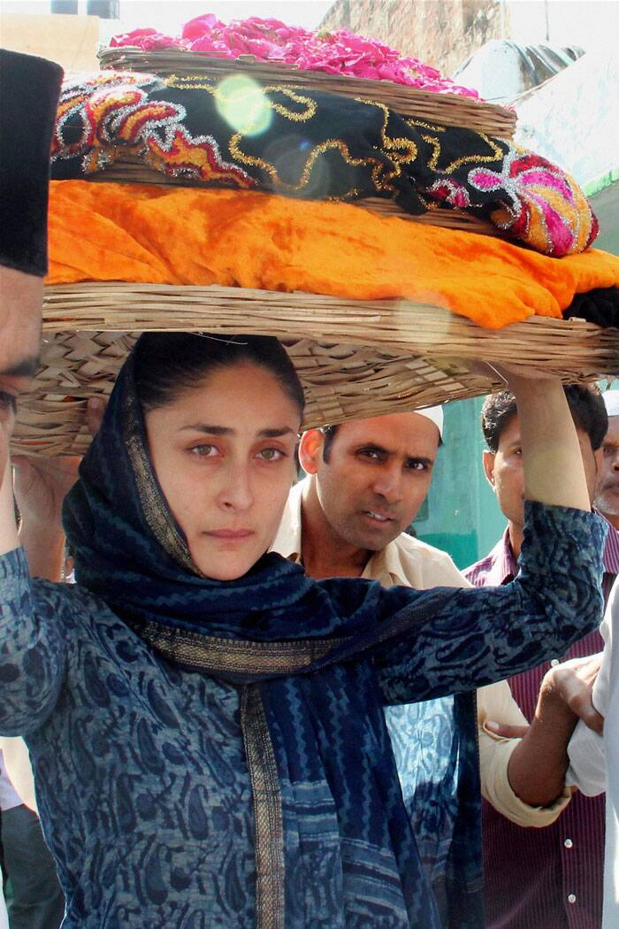 A day after walking the ramp and oozing oomph in a purple Manish Malhotra outfit at the finale of Lakme Fashion Week, Bollywood beauty Kareena Kapoor went plain jane. The 'Singham Returns' actress offered prayers at the shrine of Khwaja Moinuddin Chisti in Ajmer.  She was seen in a simple blue salwar kameez with dupatta on her head and no make-up at all. <br /><br /> Ahead: Kareena dazzles at LFW Finale. (Source: PTI)